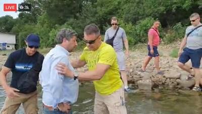 Охранителите не допуснаха Иванов и екипажа да излязат отново на сушата до появата на полиция. СНИМКА: Фейсбук