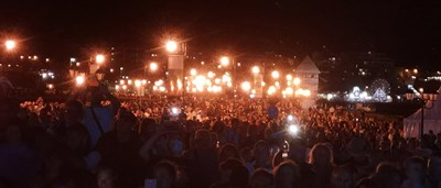 Хиляди се събраха на провлака под крепостните стени в Несебър, за да съпреживеят внушителната празнична програма.