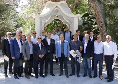 Даниел Панов и инициаторите за изграждането на монумента СНИМКА: Община Велико Търново