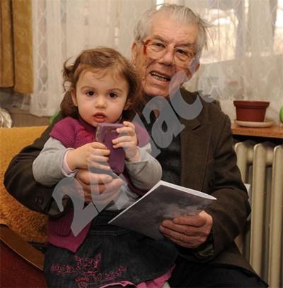 89-годишният Цоньо Цонев с правнучката си Ника.