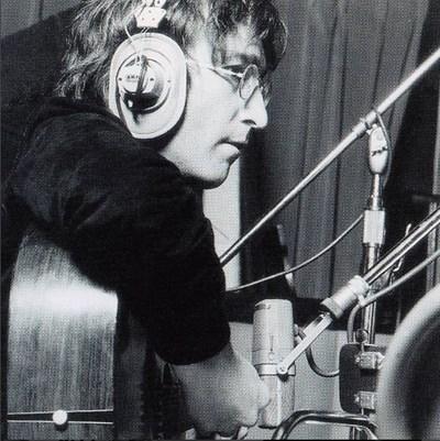 Музикантът се подписва на албума, а само пет часа по-късно умира от ръката на своя фен. СНИМКА: Инстаграм
