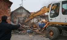 Полиция и багери влязоха в ромската махала на Войводиново, бутат опасни постройки (Снимки)