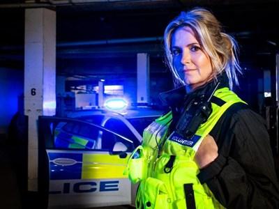 Пени Ланкастър се запалва по полицейската работа, докато участва в телевизионно риалити за разплитане на действителни криминални случаи с помощ от известни личности. СНИМКА: CHANAL4