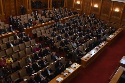 След 14-часово заседание депутатите приеха на второ четене промени в закона за извънредното положение. СНИМКА: Велислав Николов