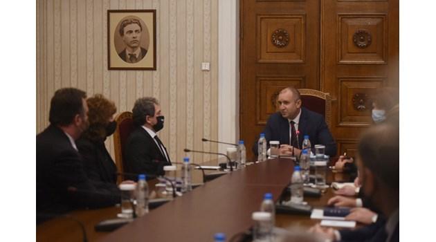 Президентът смути с гости за изборите и ядоса най-богатия българин, финансирал протестите