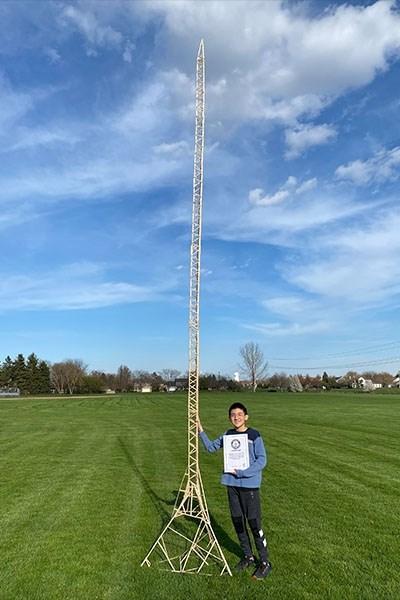 """Ерик Клейбъл от Нейпървил направи най-високата кула от клечки някога в света. Снимки: """"Рекордите на Гинес"""""""