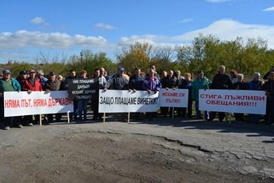 Жители на с.Караисен, община Павликени протестираха срещу разбит път