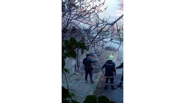 Боеприпаси за калашник в един от горящите складове на бургаската жандармерия (Видео)