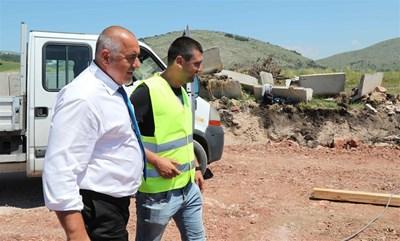 """Премиерът провери как върви строителството на магистрала """"Европа"""" от София до Калотина. Преди това мина през индустриалната зона в Божурище и разпореди довеждащият път до зоната да бъда изграден в най-кратък срок."""