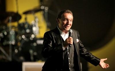 Певецът по време на концерт в Прага послучай 70-годишнината му.