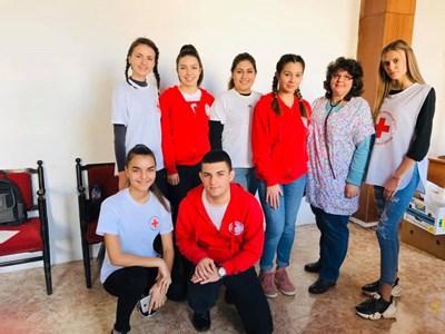 Младите червенокръстци, които  са инициатори на благотворителната инициатива