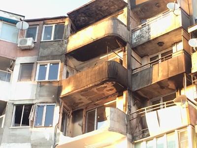 Фасадите на най-пострадалите апартаменти не са съвсем ремонтирани.