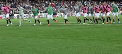 """Футболистите на """"Ювентус"""" се радват след победата с 1:0 като гост на """"Чезена"""", която запази аванса им от 3 т. пред """"Милан"""" на върха в класирането. СНИМКА: РОЙТЕРС"""