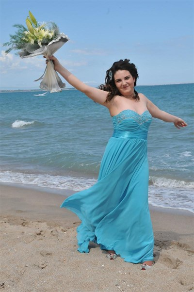"""Абитуриентката от Търговската гимназия в Бургас Таня Загорова си взе """"довиждане"""" с морето преди да отиде да купонясва на бала си в Слънчев бряг. Снимка: Лина Главинова"""