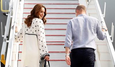 Уилям и Кейт заминават от летището в Лахор Снимки: Ройтерс
