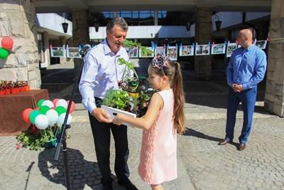 Кметът на Банско Иван Кадев награди участниците в цветната инициатива. СНИМКИ: ОБЩИНА БАНСКО