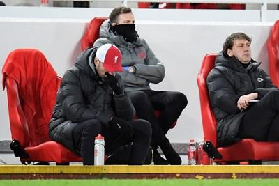 """Символична за състоянието на """"Ливърпул"""" снимка - мениджърът Юрген Клоп е навел глава по време на мача с """"Бърнли""""."""