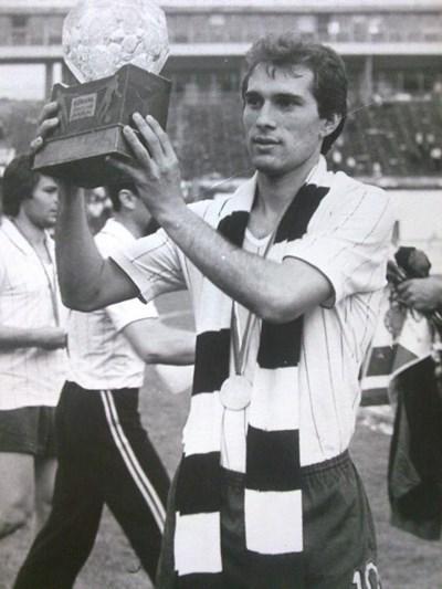 """Аян Садъков с Купата на Съветската армия, завоювана с """"Локо"""" (Пловдив) през 1983 г."""