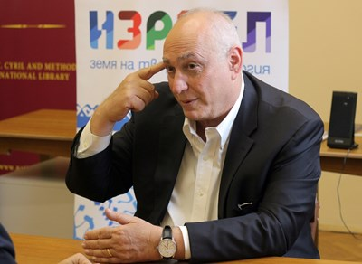 """Хеми Перес е председател на борда на директорите на Центъра за мир и иновации """"Перес"""" - неправителствена организация, основана от баща му Шимон Перес през 1996 г. Той е и управляващ генерален партньор и съосновател на Pitango Venture Capital - една от водещите израелски групи в хайтек бизнеса. Завършил е Университета в Тел Авив и е служил като пилот в израелските ВВС. Женен, с 3 деца. СНИМКА: Румяна Тонeва"""