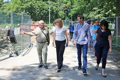 """Столичният кмет Йорданка Фандъкова провери ремонта на входа на Южния парк при бул. """"Гоце Делчев"""".  СНИМКА: ГЕОРГИ АЛЕКСИЕВ"""