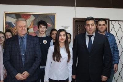 Ученици с директора на училището Галин Ганчев (вляво) Снимка: Авторът