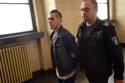 Охранител конвоира към съдебна зала задържания Илхан Карабаг. СНИМКА: Десислава Кулелиева