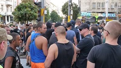 30-ина младежи с черни фланелки и татуировки, скрили лицата си зад тъмни очила, се появиха на протеста. Снимки ЙОРДАН СИМЕОНОВ
