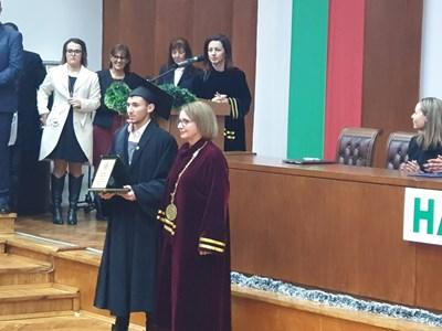 Проф. Христина Янчева връчи дипломата на първенеца на випуска Атанас Атанасов. Снимки:24 часа