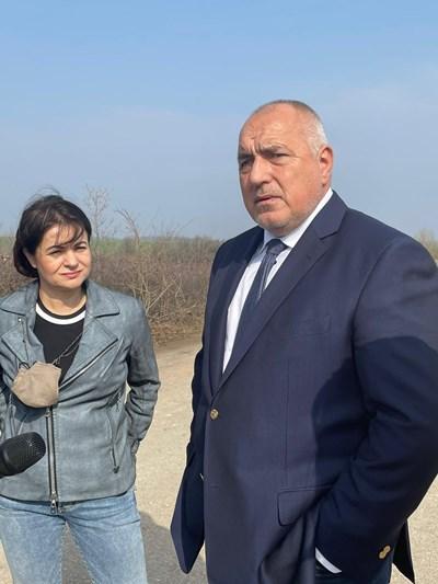 """Борисов инспектира пътя Монтана-Видин заедно с бившата областна координаторка на """"Има такъв народ""""във Видин Росица Кирова."""