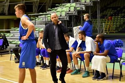 """Тити по време на един от последните си мачове начело на """"Левски 2014"""". От вчера той има на пейката различен отбор."""