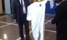 Министерството плаща за производство на непромокаеми костюми срещу коронавируса. Страната спира износа на текстил
