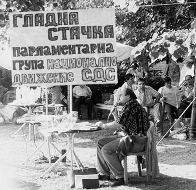 Александър Йорданов гладува под плаката.