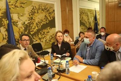 Ива Митева с членове на правната комисия в парламента Снимка: Николай Литов