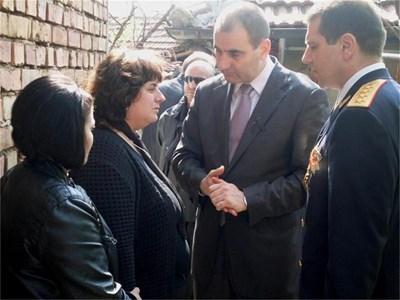 Цветан Цветанов и Калин Георгиев разговарят с вдовицата на Петър Георгиев - Еленка (срещу министъра).  СНИМКИ: АВТОРЪТ