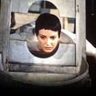 """Ренета Дралчева в кадъра с гилотинирането на героинята й Яна Манева в """"От другата страна на огледалото""""."""