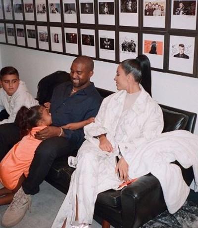 Ким Кардашиян с Кание Уест и дъщеря им Норт СНИМКА: Инстаграм/kimkardashian