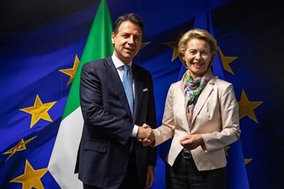 Урсула фон дер Лайен се срещна с  италианския премиер  Джузепе Конте в Брюксел. СНИМКА: РОЙТЕРС