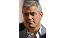 Джордж Клуни сравни расизма с пандемия в прочувствено есе