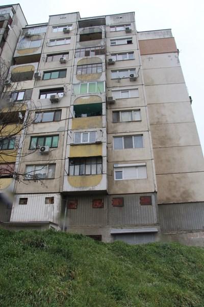 От най-десния прозорец на седмия етаж полетяли телата на двете жени при фаталния им скок. СНИМКИ: Ваньо Стоилов