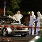 Криминалисти оглеждат повредена кола след стрелбата в Ханау   СНИМКА: РОЙТЕРС