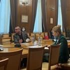 На днешното заседание на кризисния щаб бургаски депутати от ГЕРБ дариха предпазни маски за медиците на първа линия.