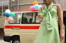 Силвия Петкова пред старата линейка, която е украсена с балони.