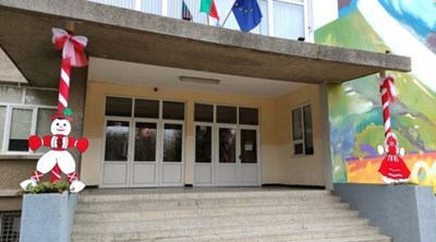 """Фигурите на мартениците Пижо и Пенда радвали всеки, който влизал в сградата на Второ СУ """"Проф. Никола Маринов"""" в Търговище, преди да бъдат откраднати. СНИМКА: Ваньо Стоилов"""