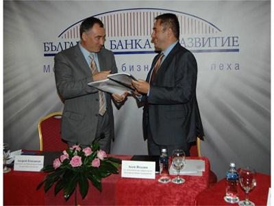 Андрей Кондаков и Асен Ягодин (вдясно) подписаха вчера новата кредитна линия от 31 млн. лв. СНИМКА: ХРИСТО РАХНЕВ