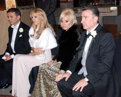 Миню Стайков, съпругата му Рени, Маринела и Ветко Арабаджиеви (от ляво на дясно) на сватбата на децата им Александра и Стайко през 2011 г. СНИМКА: ЕЛЕНА ФОТЕВА