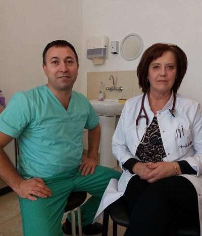 Д-р Николай Илиев, извършил манипулацията на пациентката и Началникът на Кардиологично отделение д-р Нина Шехова. СНИМКИ: Валентин Хаджиев