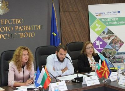 Зам.-министър Николова (вляво) посочи, че изграждането и развитието на транспортната свързаност между двете държави е изведено като основен приоритет. Снимка МРРБ