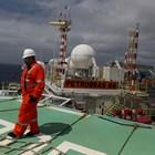Петролният бизнес е един от най-силно засегнатите от кризата не само у нас, а и по света със сериозни спадове на търговия. Въпреки това цената на нефта се задържа над 43 долара за барел. На снимката - нефтена платфорна край Рио де Жанейро.  СНИМКА: РОЙТЕРС