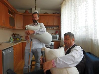 Матю Паркс и гайдарят Петър Янев по време на урок СНИМКА: Валентин Хаджиев