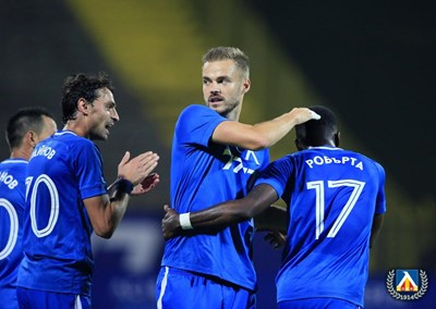"""Холмар Ейолфсон поздравява Найджъл Робърта за гола му за 3:0 срещу """"Черно море"""". СНИМКА: LEVSKI.BG"""